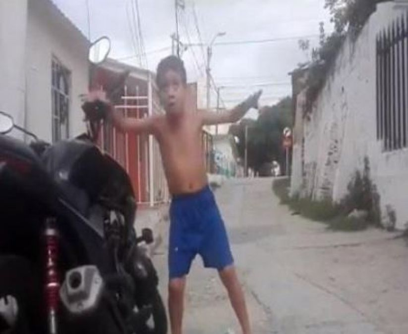 This boy danced fiercely on the sound of a security siren, Video Going Viral!