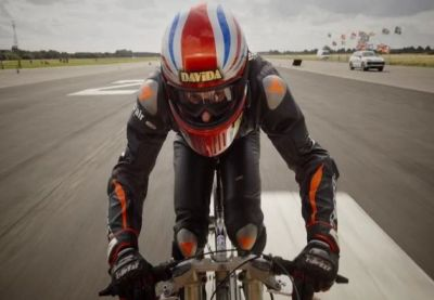 Taking a Bicycle, this man ran like a luxury car, breaking the 24-year-old world record!