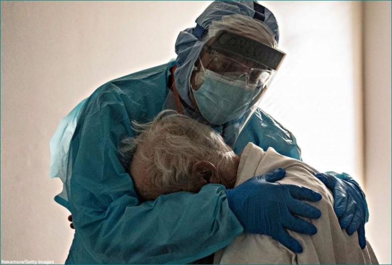 बहुत कुछ कह रही है यह डॉ. और कोरोना पीड़ित बुजुर्ग मरीज की तस्वीर