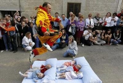 यहाँ नवजात बच्चों के ऊपर कूदता हैं ये इंसान रुपी शैतान, वजह जानकर दंग रह जाएंगे