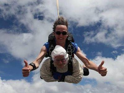 102 साल की 'अम्मा' ने आसमान से लगाईं छलांग, वजह जानकर उड़ जाएंगे होश