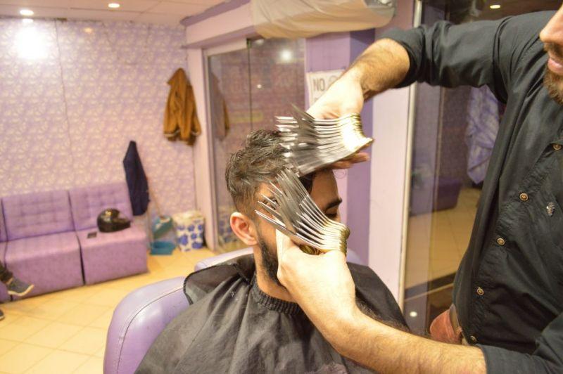 एक-दो नहीं बल्कि 27 कैंची से काटता है ये नाई बाल, अनोखा वीडियो हो रहा वायरल