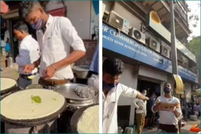 This person serves flying dosa directly in customers' plate, Watch video