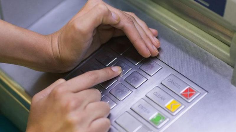 ATM से पैसे निकालते समय भूलकर भी ना करें ऐसी गलतियां, हो सकता है बड़ा नुकसान