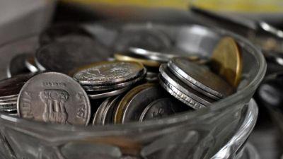 खाने की जगह ये शख्स खाता है सिक्के, कारण जानकर चौंक जायेंगे आप