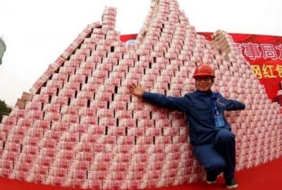 इस देश में है 'पैसो का पहाड़', जहां मन चाहा पैसा निकाल रहे हैं लोग