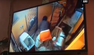 Video : माँ ने की हद पार, 2 साल के मासूम को छत से फेंका