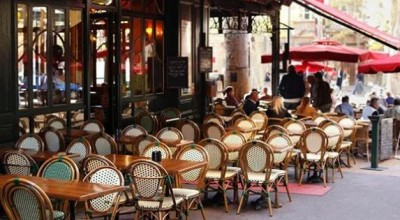 Teddy bear drove people away at cafe in Paris, photo went viral