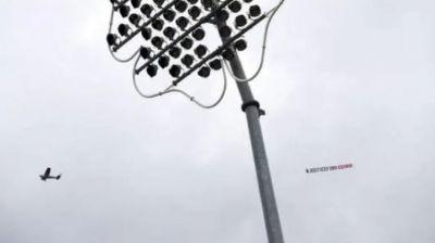 VIDEO : फिर वर्ल्डकप मैच पर मंडराया प्लेन, बैनर में लिखी थी यह ख़ास बात