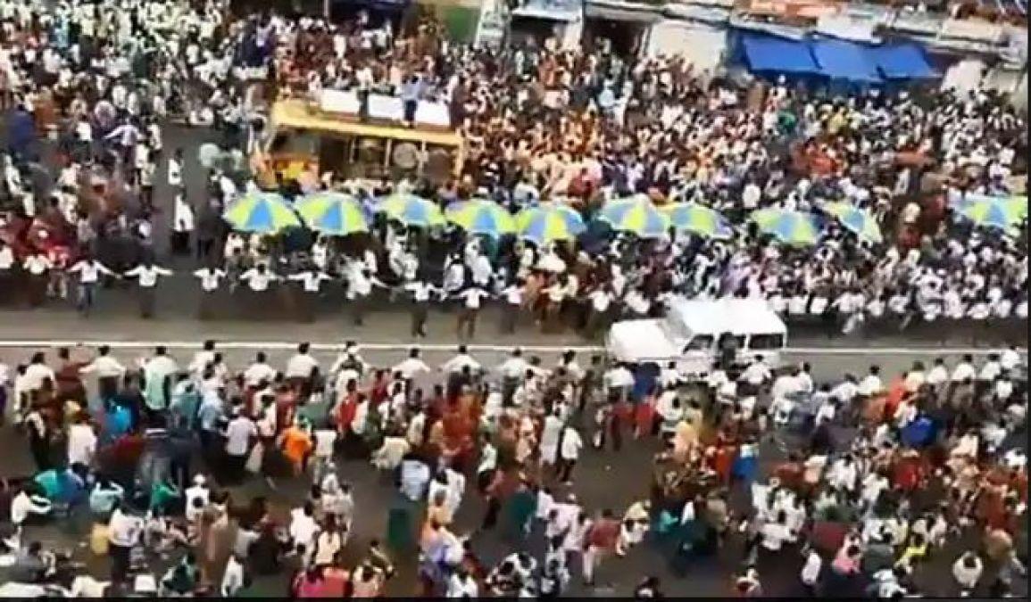 जगन्नाथ रथ यात्रा में लाखों की भीड़ में लोगों ने दिखाई इंसानियत, एम्बुलेंस को दिया रास्ता