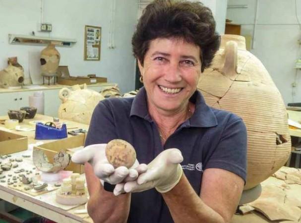 जमीन के नीचे दबा मिला 1000 साल पुराना अंडा, सफाई के दौरान हुए टुकड़े