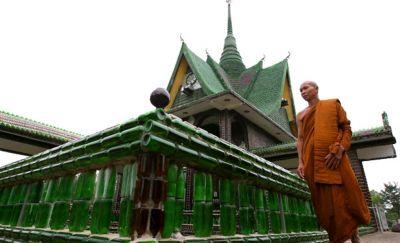 शराब की बोतलों से बना है ये मंदिर, शराबियों की पसंदीदा जगह हैं