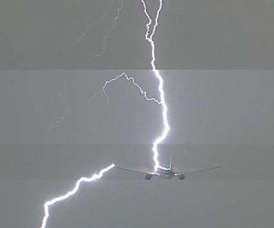 जब कड़कती बिजली के साथ हुई एरोप्लेन की टक्कर