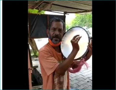 Video: Man aware people about COVID-19 by playing dafli