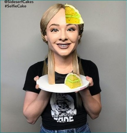 लड़की ने बनाया सेल्फी वाला केक, वीडियो देखकर चकरा जाएगा सिर