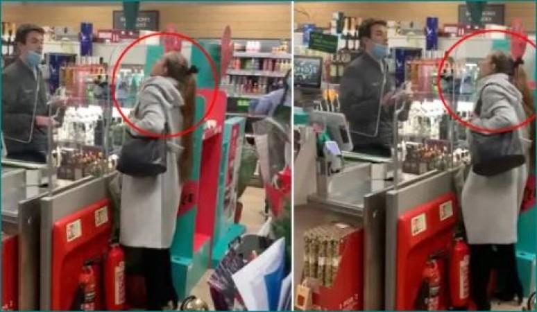 VIDEO: मास्क ना पहनने पर कैशियर ने नहीं दिया सामान तो महिला ने गुस्से में की यह हरकत