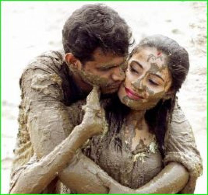 This Couple Chose Mud Theme For Pre Wedding Photoshoot Photos Go Viral Newstrack English 1