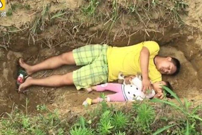 रोजाना अपनी जिन्दा बेटी के लिए कब्र खोदता है ये पिता, वजह आपको रुला देगी