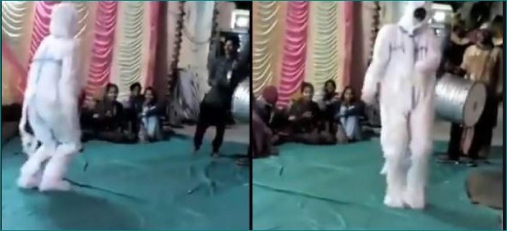 VIDEO: शादी में पीपीई किट पहनकर पहुचं गया शख्स, जमकर किया डांस
