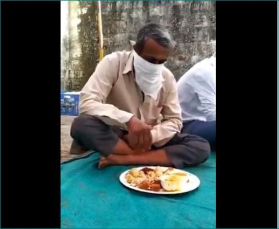 Video: चालान कटने का ऐसा खौफ कि मास्क पहने हुए ही खाना खाते नजर आया युवक
