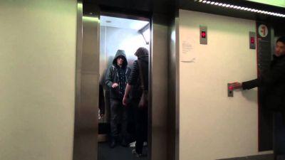 लिफ्ट  में फंस जाते हैं तो भूलकर भी नहीं करें ये गलतियां