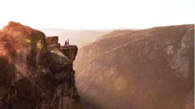 3500 फीट ऊँची चट्टान पर जाकर लड़के ने किया अपनी गर्लफ्रेंड को प्रपोज़