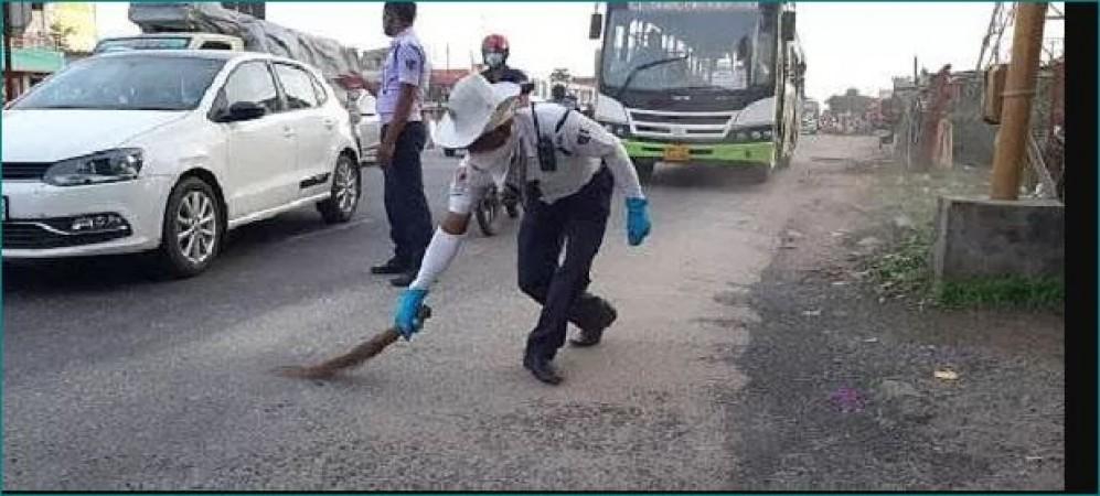लोगों की सुरक्षित ड्राइविंग के लिए ट्रैफ़िक पुलिस वाले ने लगाई झाड़ू, हो रही तारीफ़