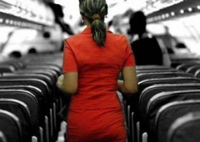 गर्लफ्रेंड से सीट की दूरी सहन नहीं कर सका बॉयफ्रेंड, एयरहोस्टेस के मुंह पर फेंका खौलता पानी