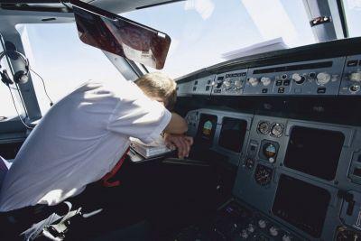 जब चलते प्लेन में ही सो गया पायलट, गंतव्य से आगे निकला विमान और फिर..