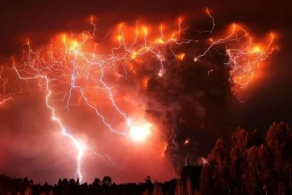 Here the lightning continues to crack all the time, even the scientists are shocked!