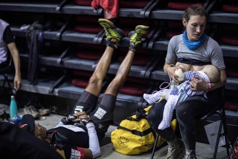 166 किमी की रेस के दौरान माँ ने कराया बच्चे को स्तनपान, देखिये तस्वीर