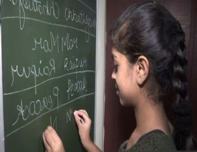 Video: Like 3 Idiot's Virus, this girl can write with both hands