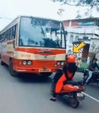 इस महिला ने बस के सामने किया स्टंट, वीडियों देखकर आपके उड़ जाएंगे तोते