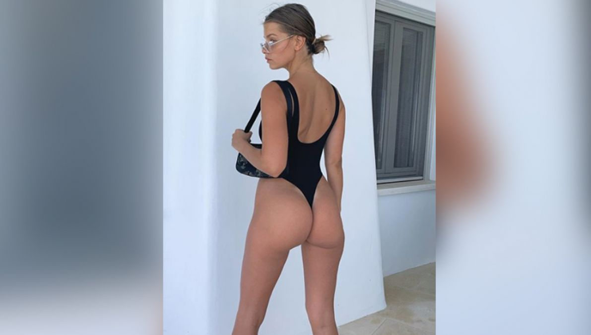 This Model Clearly Shows her Private Parts; never feels shy to show her cleavage!
