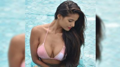 By wide opening her mouth Poonam Pandey seen to do something like this, see the bold look