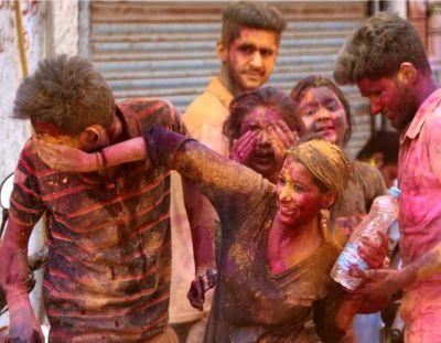 Photos : रंगपंचमी के रंग में रमा इंदौर, युवाओं ने जमकर किया एन्जॉय