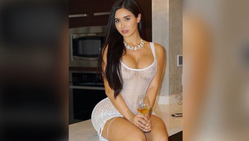 इस मॉडल ने पहने कुछ ऐसे कपड़े, दिखाया अपना बोल्ड लुक
