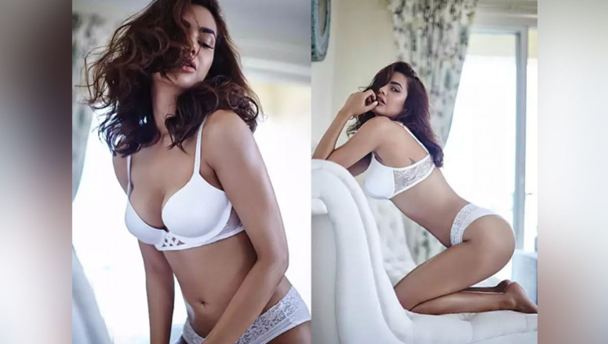 Esha Gupta beats Angelina Jolly in boldness, see pictures   News ...