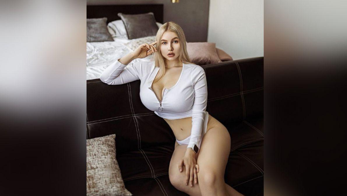सेक्सी अंगों को दिखाने में कोई कसर नहीं छोड़ती यह मॉडल