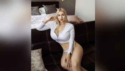 This model leaves no stone unturned to show her sexy parts