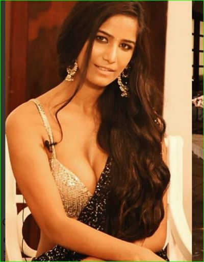 Poonam Pandey congratulates Diwali by wearing a sexy blouse with black saree
