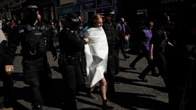 प्रिंस फिलिप के अंतिम संस्कार में टॉपलेस हुई महिला, फिर मचा जोरदार हल्ला