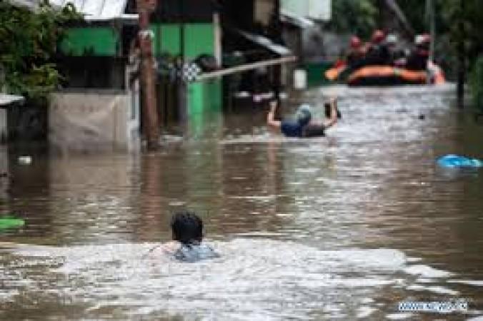इंडोनेशिया की राजधानी में बाढ़ से डरे लोग