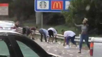 VIDEO: जब सड़क पर बरसने लगे नोट, गाड़ियां साइड में लगाकर लूटने लगे लोग