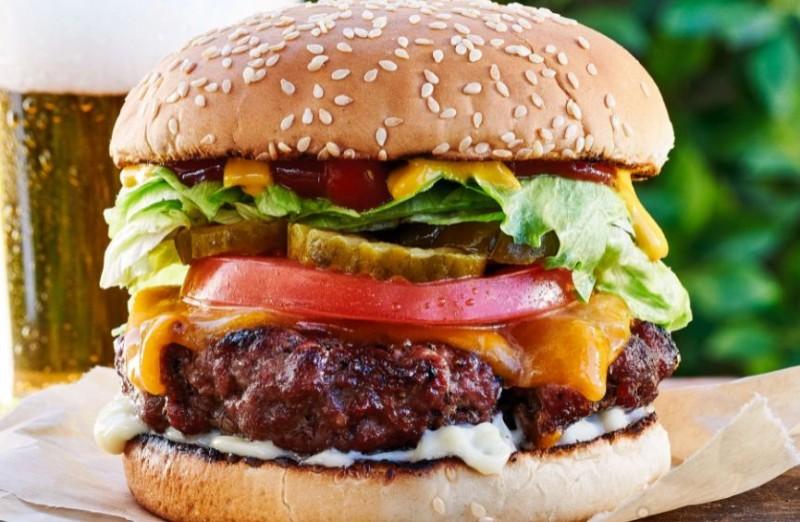 पुलिस को फ्री बर्गर देने से किया इंकार, तो रेस्टोरेंट के सभी कर्मचारियों को कर लिया गिरफ्तार