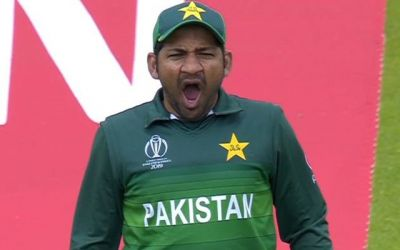 Netizens trolls Sarfraz Ahmed when he turns on yawn mode