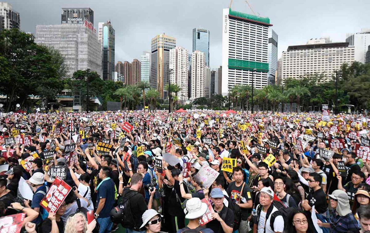 हांगकांग में विरोध के दौरान हुई छात्र की मौत, बढ़ा तनाव