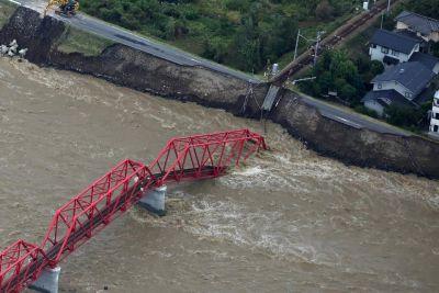 जापान में तबाही मचा रहा 60 सालों का सबसे भीषण तूफ़ान, अब तक गई 33 लोगों की जान