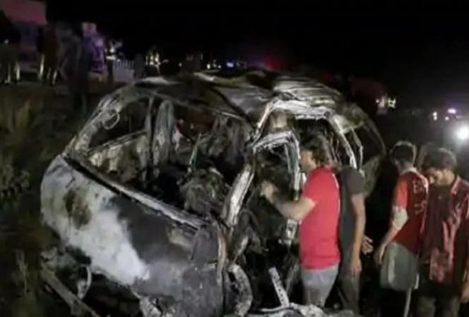 अचानक लगी आग और पलट गई बस, 13 लोगों की दर्दनाक मौत, कई घायल